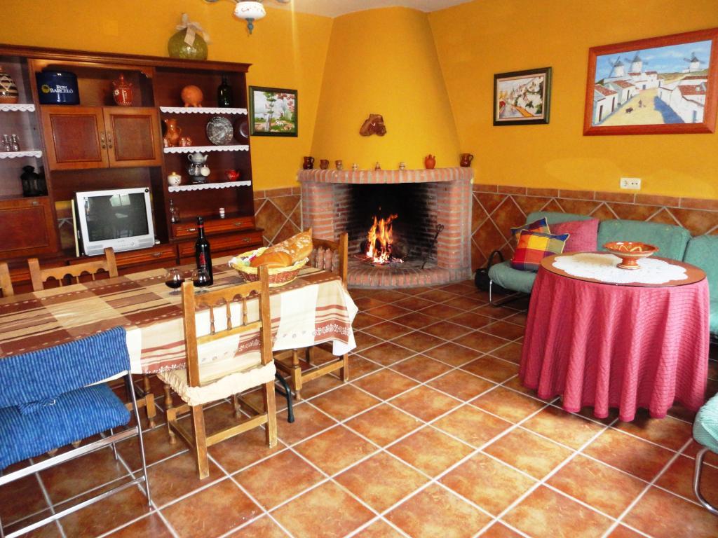Casa rural casa de bravo for Cocinas con chimenea